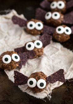 {Healthy} Halloween Bat Energy Bites  #healthy #Halloween #treat #dessert #easy