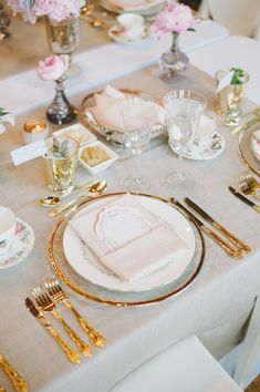 Place Setting: Gold-Rimmed Chargers + Vintage Dinner Plate + Gold Flatware + Dainty Menu   Photography: Mango Studios
