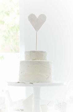 Clean white wedding cake #wedding #inspiration #love #design #style #flowers #whitewedding #cake #weddingcake #heart