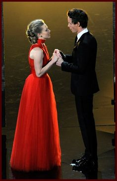 Eddie Redmayne and Amanda Seyfreid at the Oscars.  GORGEOUS