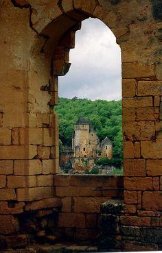 Château de Laussel vu du Château de Commarque, Dordogne