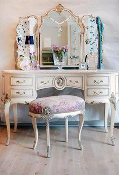 vintage vanity table, so pretty!
