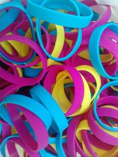 Set de 3 pulseras de silicona CMY. $20 CaprichosElementales@gmail.com