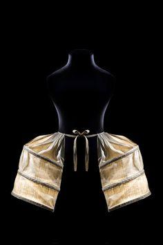 Paniers doubles à poches, 1775-1780 / Paris, Les Arts Décoratifs, collection Mode et Textile, don Madame M. Pastre, 1922 / © Patricia Canino