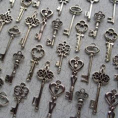 72 keys for 25$  How to use these as wedding favours/decorations? old keys, skeleton keys, charms, escort cards, antique stores, 72 key, favor, a tattoo, wedding key