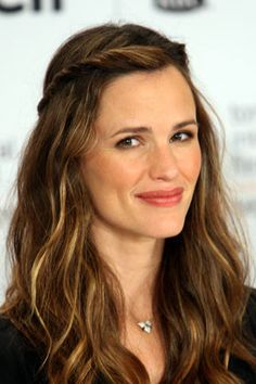 Wavy hair -- leave it natural and add a twist at the bangs (pin in the back with a bobby pin) for a very summery, effortless look. bang twist, pinned back bangs, jennifer garner hairstyles, hair colors, celebrity hairstyles, hairstyle ideas, hair twist, highlight, jennifer garner bangs