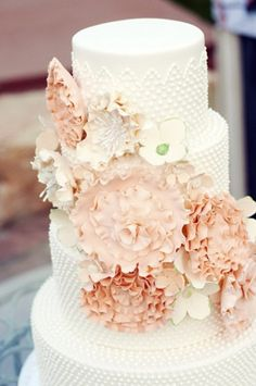 """Beautiful cake, and the """"it"""" color right now! A Peachy Arizona Wedding by Chantel Marie Photography #wedding #cake"""