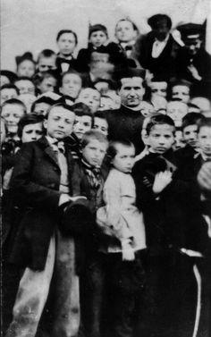 Don Bosco rodeado de niños.