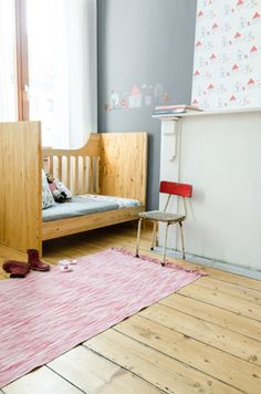 Sweet kid's room - grey, red, timber
