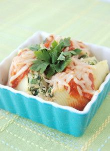 Turkey and Spinach Stuffed Shells is a healthy dinner recipe that will satisfy your hunger. Pasta has never tasted so good!