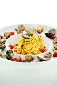 Spaghetti met venusschelpen en bottarga http://njam.tv/recepten/spaghetti-met-venusschelpen-en-bottarga