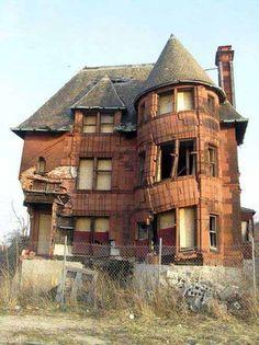 Crumbling house.  #urbex