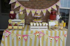 Buena idea de una fiesta con tema de limonada y barquillos de nieve...Me gusta las frutas que se le pueden agregar a la limonada...