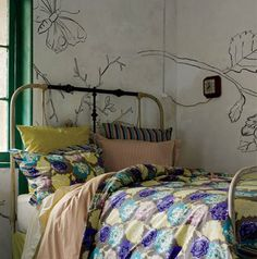 love the sketch on the walls...and could easily be done with a DIY projector and vintage image and some acrylic paint or a pastel.