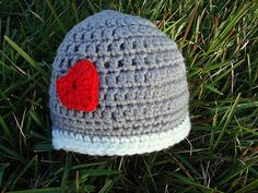Gorro de dos colores a escoger, tipo casco, con corazón tejido y cosido en contraste con lana mezcla acrílica. Juvenil y desenfadado. www.facebook.com/pajarasis