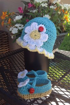 Crochet baby hat with matching shoes