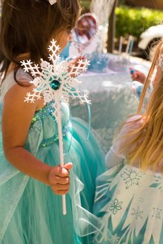 I love these snowflake wands from this Frozen themed birthday party with Lots of REALLY CUTE IDEAS via Kara's Party Ideas | Cake, decor, printables, recipes, games, and MORE! KarasPartyIdeas.com #frozen #frozenparty #partyplanning #partyideas #partydecor #partystyling #eventplanner (16)