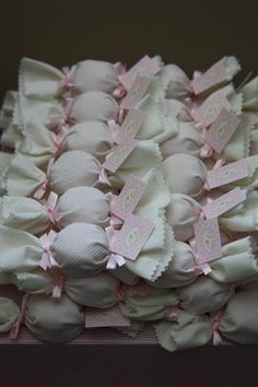 Lembrancinha: bombons vestidos para festa. Um charme! Também pode ser feito com pão de mel ou brownie ou mini alfajor. www.tudodebem.com.br