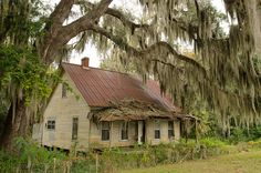 One of the many creepy old houses in Derry Georgia by dsrphotography, via Flickr