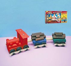 Rengarenk Yük Treni   Real Construction 'Tam Ustalara' göre bir oyun seti ! ''Testereyle kes, çivi çak ve istediğin modeli inşa et! Kutunun içenden çivilerden testereye kadar 125'ten fazla parçadan oluşan büyük bir set çıkıyor... Bu projemizde de bu eğlenceli setten çıkan parçalar ile rengarenk bir tren yapıyoruz...