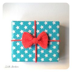 gift wrapping with crochet bow - Isabelle Kessedjian