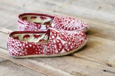 Tutorial - Painted TOMS made by spray painting through doilies! Great tutorial!