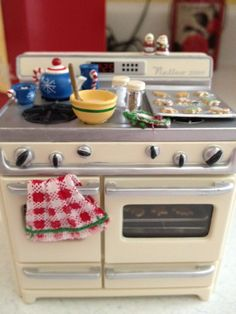 It's a miniature life, vintage stove