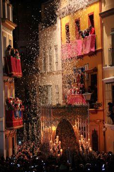 Ya falta menos para Semana Santa. En la foto, la Esperanza de Triana durante la Madrugá, en 2012.