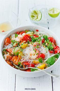 Tajska sałatka z makaronem ryżowym, krewetkami i pomidorkami koktajlowymi