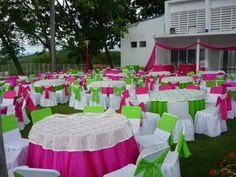 Mesas con mucho color. Tables with bright colors.