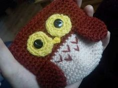This Owl Coin Purse Pattern is a hoot! Work up a #crochet owl and create the perfect place to stash your change and other tiny objects. With a little imagination and different yarns, you could create a whole nest of colorful owls!    @Lindsey Frantz this is terribbly you