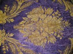 BROCADOS: tejido de seda con bordado en relieve de hilos de metal o de seda más brillante, formando dibujos de flores, animales o figuras geométricas. Hay brocados que mezclan en distintos porcentajes el rayón, la viscosa y el algodón, de ahí su textura y grosor.