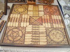 Tablero de Parchís pirograbado con fichas de madera pintadas en caja de madera pirograbada.