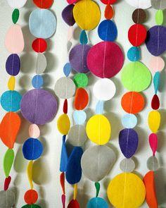 Guirnalda con círculos coloridos de fieltro