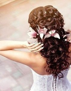 I really love this hairstyle... i wish my hair would curl like that