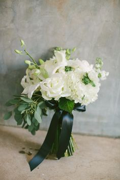 A soft, unstructured wedding bouquet allows the natural beauty of the floral arrangement to shine through. Simply tie with a silk ribbon for a stunning effect.