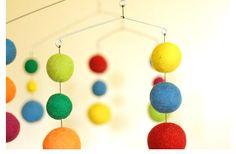 un movil de bolas de fieltro una idea para hacer tu mismo