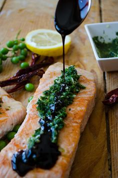 [Turkey] Pan-fried salmon topped with a tangy green sauce and pomegranate molasses. No better combination of flavors on a salmon than this! | giverecipe.com | #salmonrecipes #seafood #greensauce #friedsalmon #healthyrecipes #easyrecipes