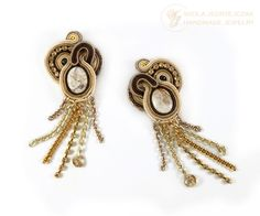I made laborious soutache earrings with jasper stones, Swarovski, glass, chains. Maintained beige, brown and gold colors. They are lightweight and is good present in the ear. No chain length of 4 cm, with chains around 9 cm, width about 3.5 cm. Impregnated, backed beige leather, anti-allergenic earwires. AVAILABLE
