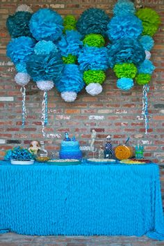Love the backdrop of this table display!