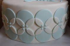 Intersecting circle cake tutorial via Adventures in Decorating.