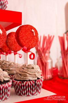Oreo Cupcakes with Oreo Balloon Pops | JavaCupcake.com #CupcakeWars