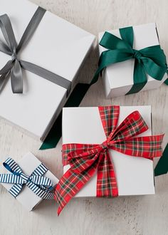 holiday, gift wrap, gift bows, diy gifts, handmade gifts, tying bows, wrapped gifts, white christmas boxes, tie a bow