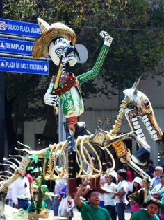Desfile de alebrijes en el centro de la Ciudad de México