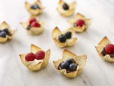 Simple & Super Delicious: Berry Wonton Cups {so good + perfect for 4th of july}  #4thofjulydesserts #4thofjulyideas