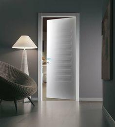 SUITE / 10 Finition en blanc, Cadre Minimal. La simplicité du blanc, la modernité du style, la sophistication du clair-obscure, font que SUITE / 10 est une porte innovant et polyvalent et avec du caractère.
