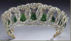 Las joyas de la duquesa las heredó su hija, Helena de Rusia (princesa de Grecia) quien las vendio en 1921 a la reina Mary. La tiara necesitaba algunos arreglos y se la llevó a Garrard. A la muerte de la reina Mary en 1953 pasó a Isabel II. La tiara consiste en quince círculos de diamantes entrelazados en cuyo interior hay una perla en forma de pera engastada en cada uno sustituible por una gota de esmeralda de Cambridge. Puede usarse sin gemas entonces se conoce como tiara de los Círculos Viudos