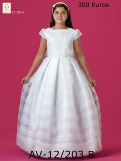 Vestido en organza blanca, múltiples jaretitas de hilo, cuello barco completan la línea de este sencillo modelo. Disponible en todas las tallas y medidas en Novias Cira a sólo 300€