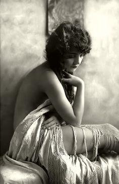 Peggy Shannon (?), Ziegfeld Girls, photo by Alfred Cheney Johnston