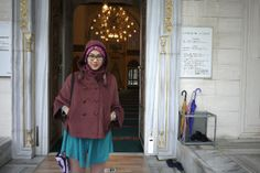 Ashfi di depan pintu masuk ruang shalat masjid Turki